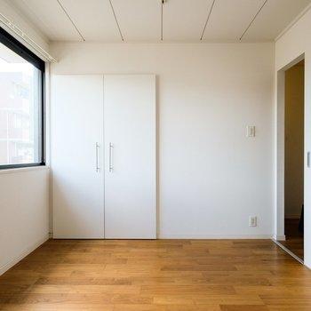 こちらは玄関入って右手のお部屋です。