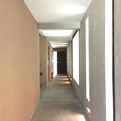 共用部の廊下。一番奥が201号室です