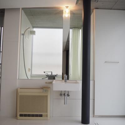 独立洗面台!後ろにはトイレとお風呂※写真は前回募集時のものです