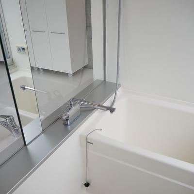 お風呂はガラス張りです。※写真は前回募集時のものです