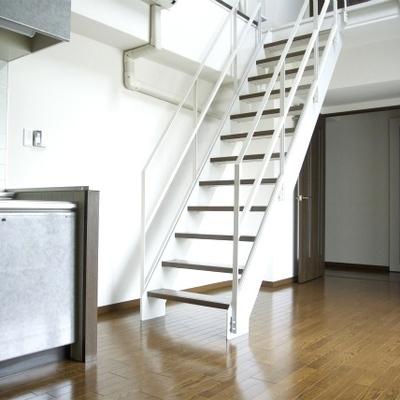 階段がリビングの真ん中に