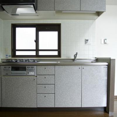 キッチンしっかりしています3口ガスのシステムキッチンです