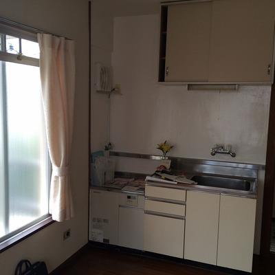 キッチンは既存利用。白のシンプルキッチンです。