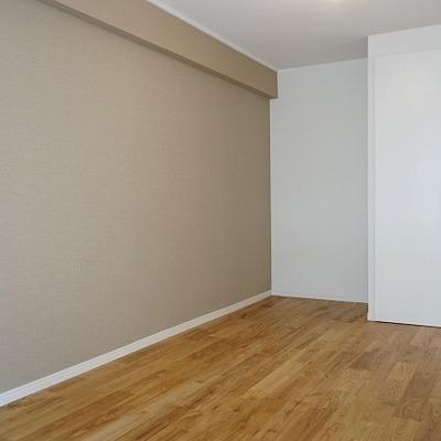 こちらは寝室もしくはリビングとして。アクセントクロスがイイ。