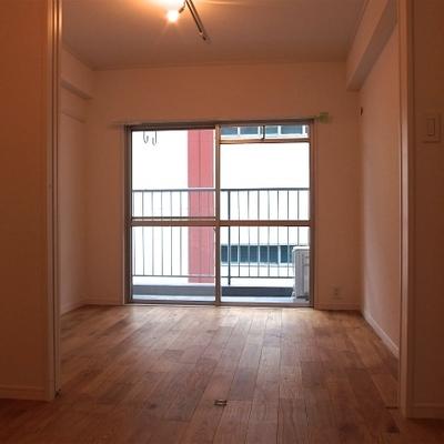 もうひと部屋には、仕切っても使える広い収納スペース。