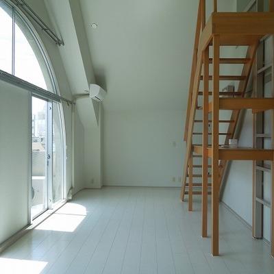 大きな階段でロフトに上ります。