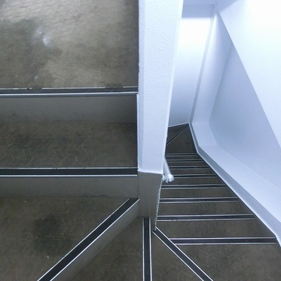 階段はちょっぴり狭め。