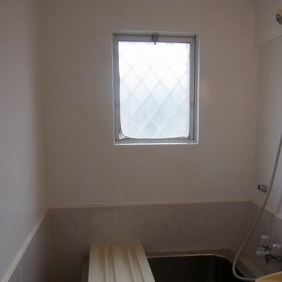 お風呂に小窓付いてます!