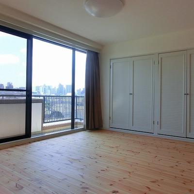 無垢床に光がたっぷりと入る大きな窓。