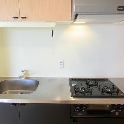3口コンロの機能的なキッチン
