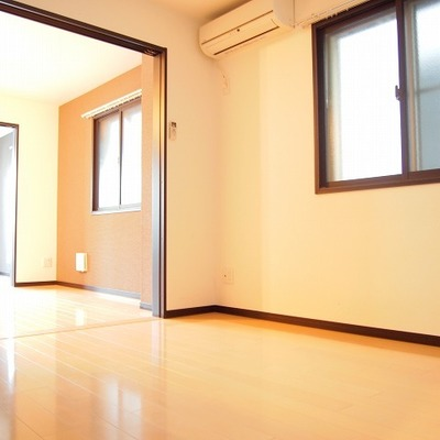 玄関側の洋室。光も十分入ってきます!