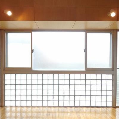 この左右の窓がいい役割をするんです!