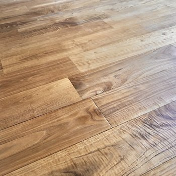足元に広がるヤマグリの無垢床。肌触りがいいんです。