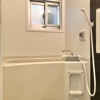 お風呂場には小窓付き。