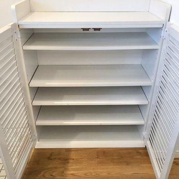 シューズボックスは棚の位置が調節可能です。