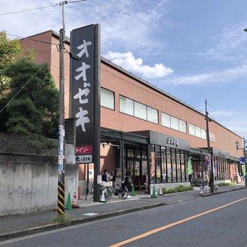 最寄りの松原駅周辺にはスーパーや、