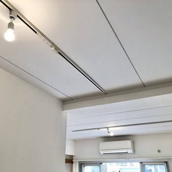 天井にはかわいい電球が輝いています。