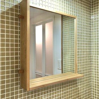 鏡横にはフック。小物も置いておけます。