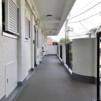廊下は開放的です。