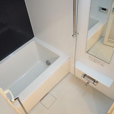 お風呂はコンパクトめ※写真は別のお部屋です