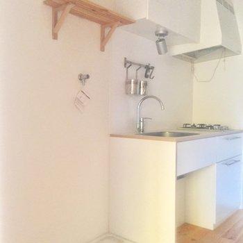 洗濯機置場の隣に冷蔵庫を。※写真はクリーニング前、通電前のものです