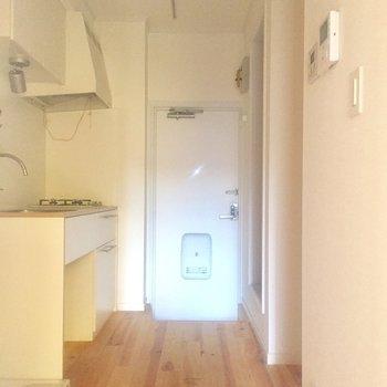 キッチン後ろのゆとりが嬉しい※写真はクリーニング前、通電前のものです