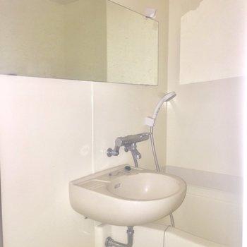 浴室はコンパクト※写真はクリーニング前、通電前のものです※フラッシュを使用しています※