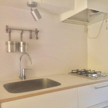収納たっぷりキッチンは2口コンロです※写真はクリーニング前、通電前のものです