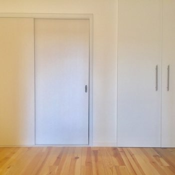 右はクローゼット、左はお部屋のドアです※写真はクリーニング前、通電前のものです
