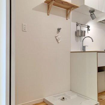 お隣に洗濯機・冷蔵庫置き場。