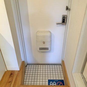 玄関は爽やかな白の磁気タイル。