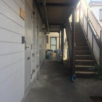 玄関の号室の札も木を使用しています。