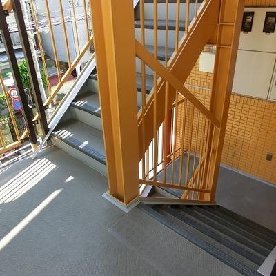 3階までは階段ですが、いい雰囲気の階段ですよね!