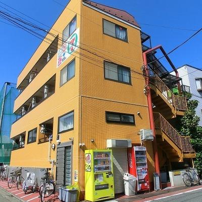 遠くからでも目立つビビッドな黄色いマンション※写真は前回募集時のものです