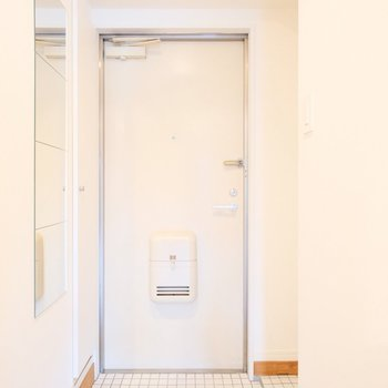玄関は白いタイルで明るく◎
