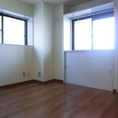 4.5帖の洋室。ここはちょっと暗いです。