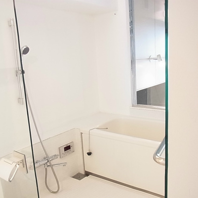 浴室はガラス張りです。※画像は別室