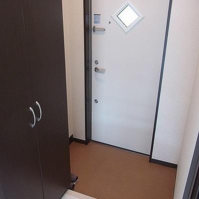 玄関横に収納ボックスがあります。シューズボックスと兼用です