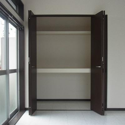 奥の部屋にも大きめな収納があります。