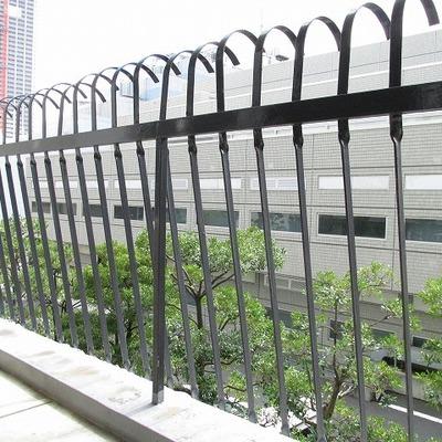 ベランダです。ちょっとレトロな柵です。