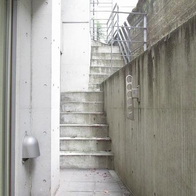 この階段から外に行けます。