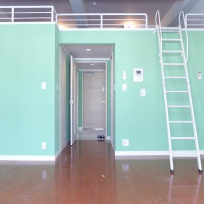 ミントグリーンの壁が可愛い!