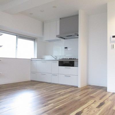 キッチン前も広々空間です。