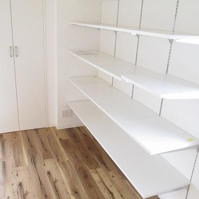 高さ調整できる備え付けの棚です。