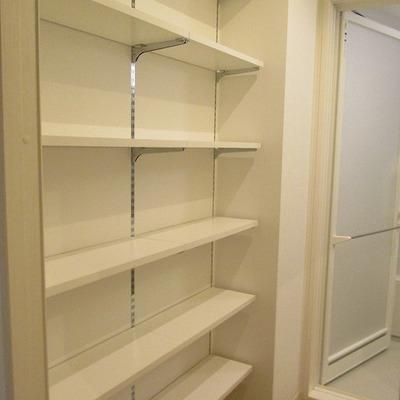 洗面台後ろにも棚が多くて便利です。