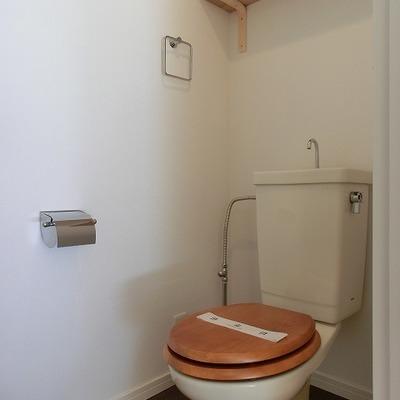 トイレは既存利用ですが木製便座を取り付け!