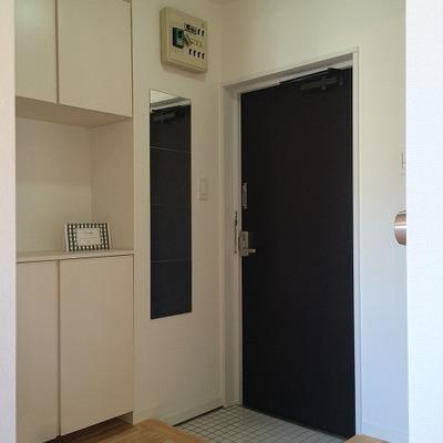 玄関には白タイルを使ってます。
