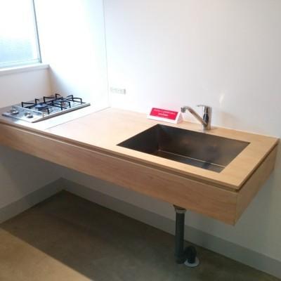 キッチンの木材とアルミはとっても気持良いです ※写真は別部屋です