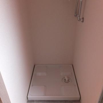 洗濯機置き場はキッチンの裏にあります。※写真は前回募集時のものです
