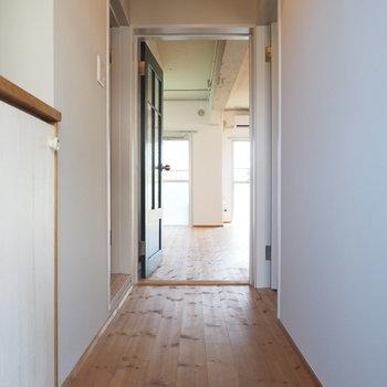 玄関から。いきなり床が気持ちいい